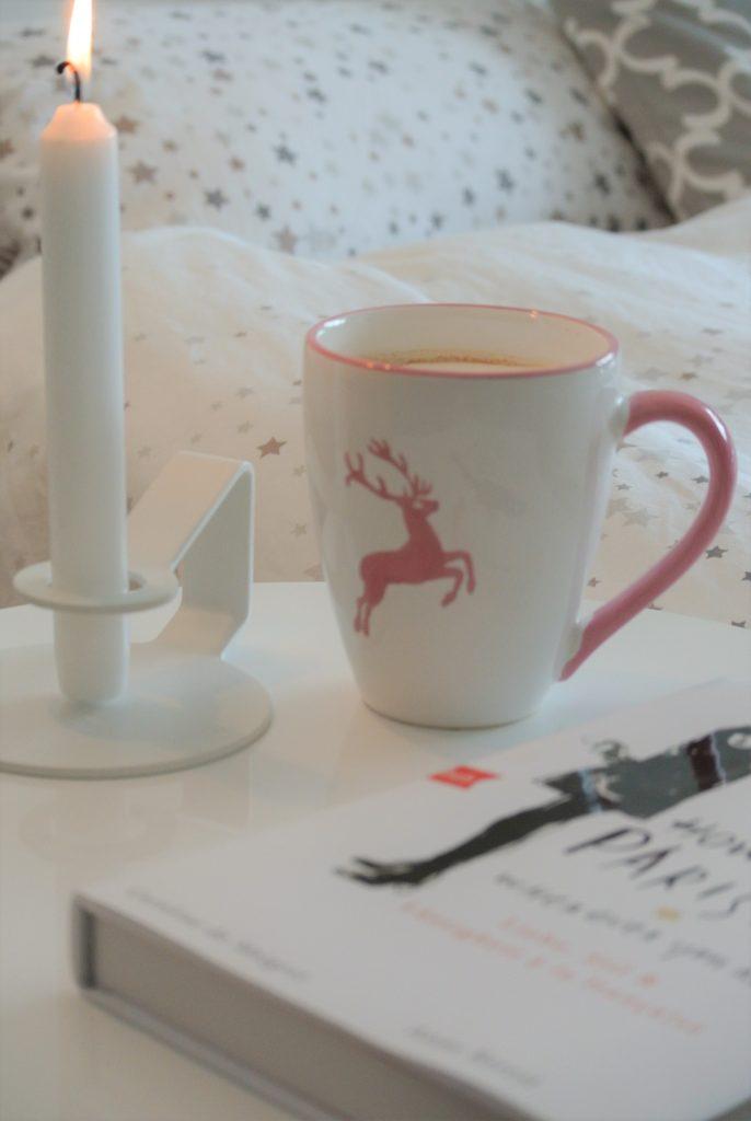 Gästezimmer-Kaffee-Kerze-Lektüre-am-Bett