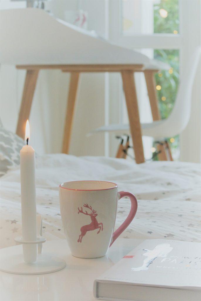 Gästezimmer-Kaffee-Kerze-Lektüre-am-Bett-2