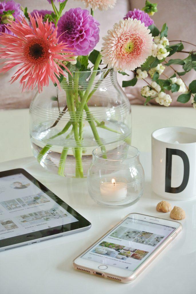 Blumenstrauß / Kähler Omaggio Glasvase / Pinterest-Profil livingelementsme / Teelicht / Kaffee / Designlettertasse / iphone 7 Plus / ipad