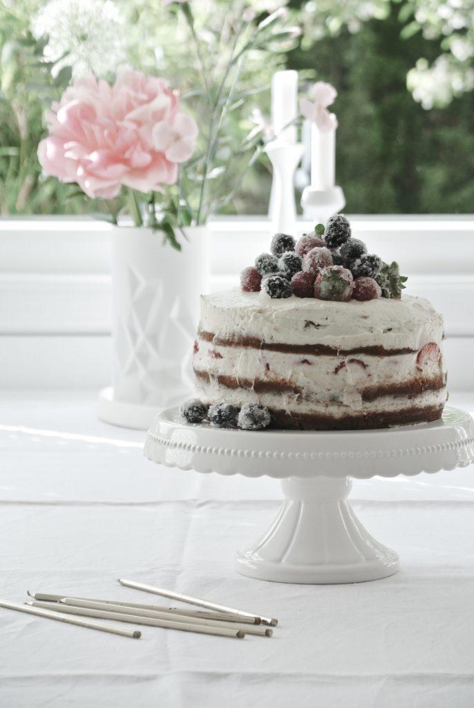 Naked Cake mit Erdbeeren und Vanille-Quark-Sahnecreme / Sahnetorte / dreistöckige Torte / Erdbeertorte / Geburtstagskuchen / Erdbeerkuchen mit gezuckerten Beeren / gezuckerte Beeren