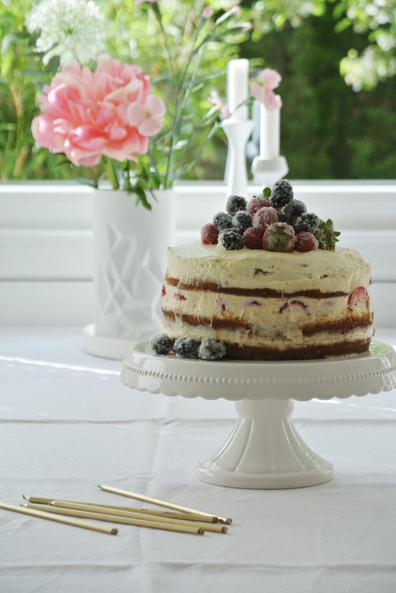Naked-Cake-mit-gezuckerten-Beeren