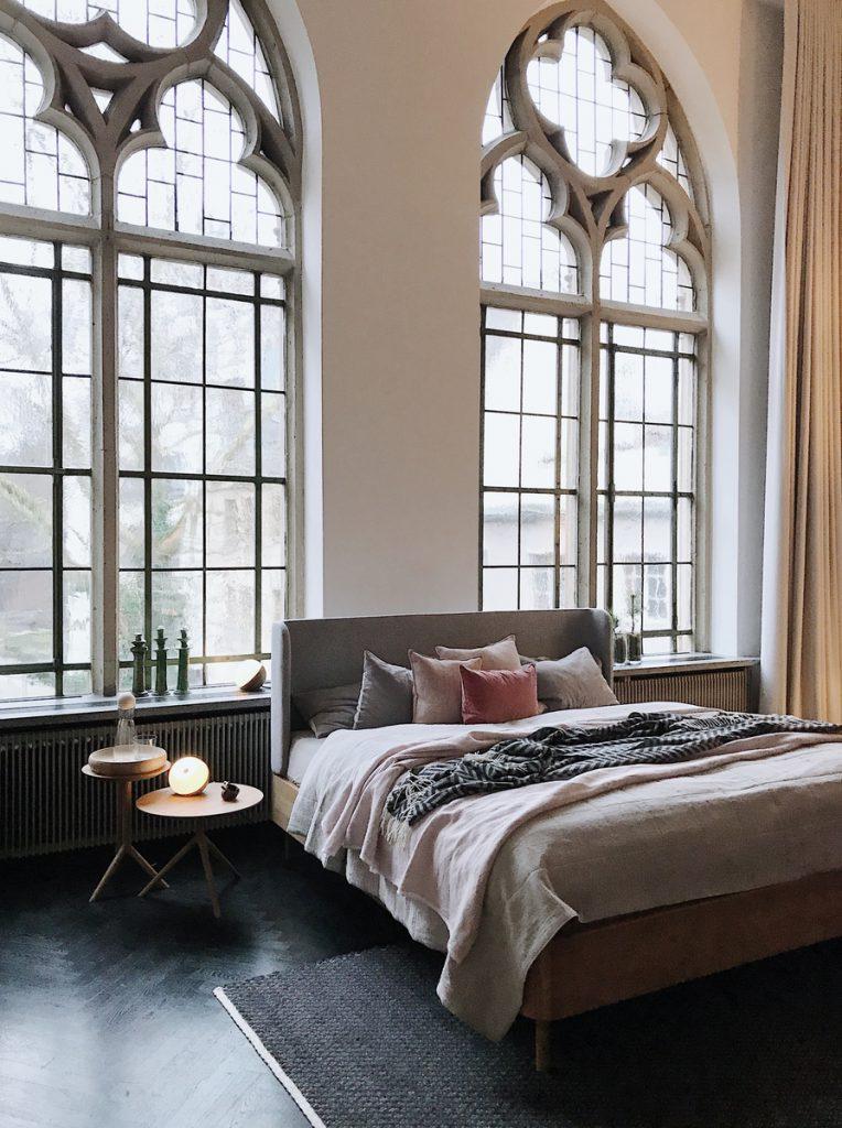 SoLebIch-Apartment-imm-cologne-2019-Schlafzimmer-Bett-Grüne-Erde-Textilien-Luiz