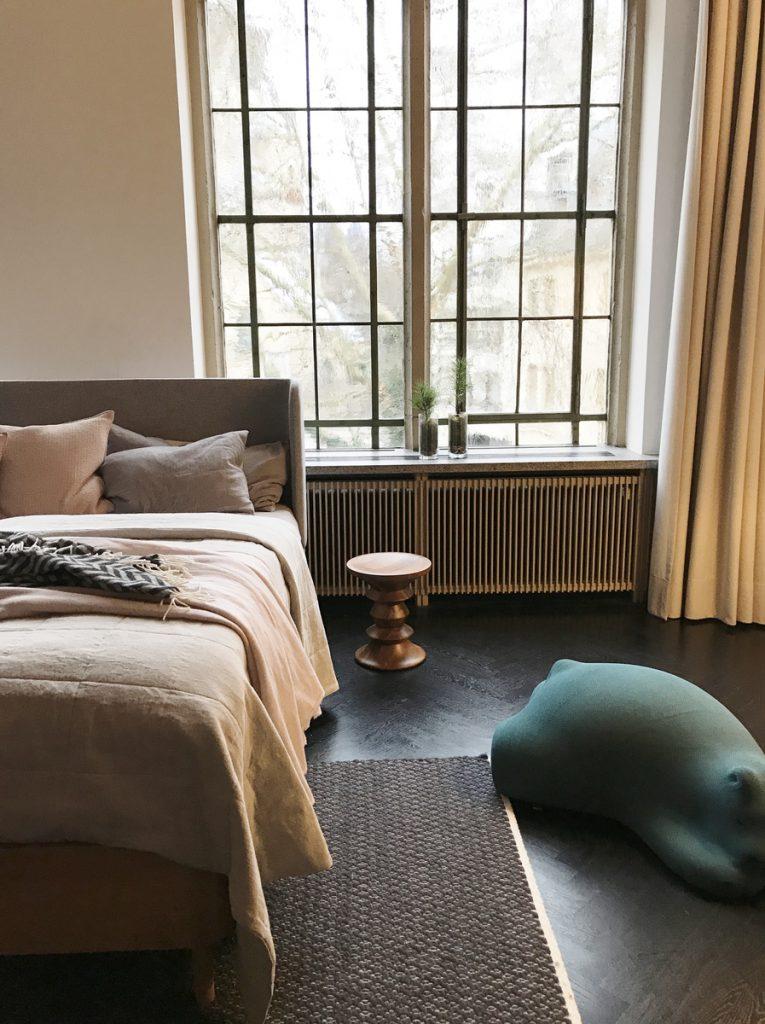 SoLebIch-Apartment-imm-cologne-2019-Schlafzimmer-Bett-Grüne-Erde-Textilien-Luiz-Vitra-Resting-Bear