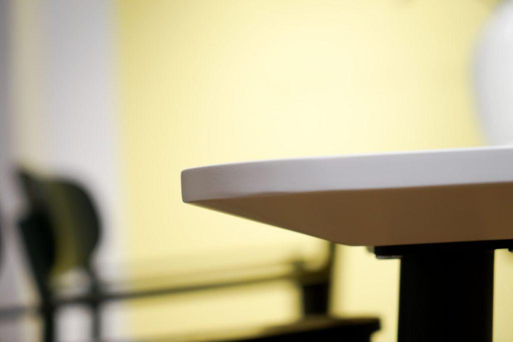 MYCS Tisch TYMBER Detail / weiße Tischplatte / modulare Möbel / individuelle Designmöbel / Möbel nach Maß / MYCS Showroom München