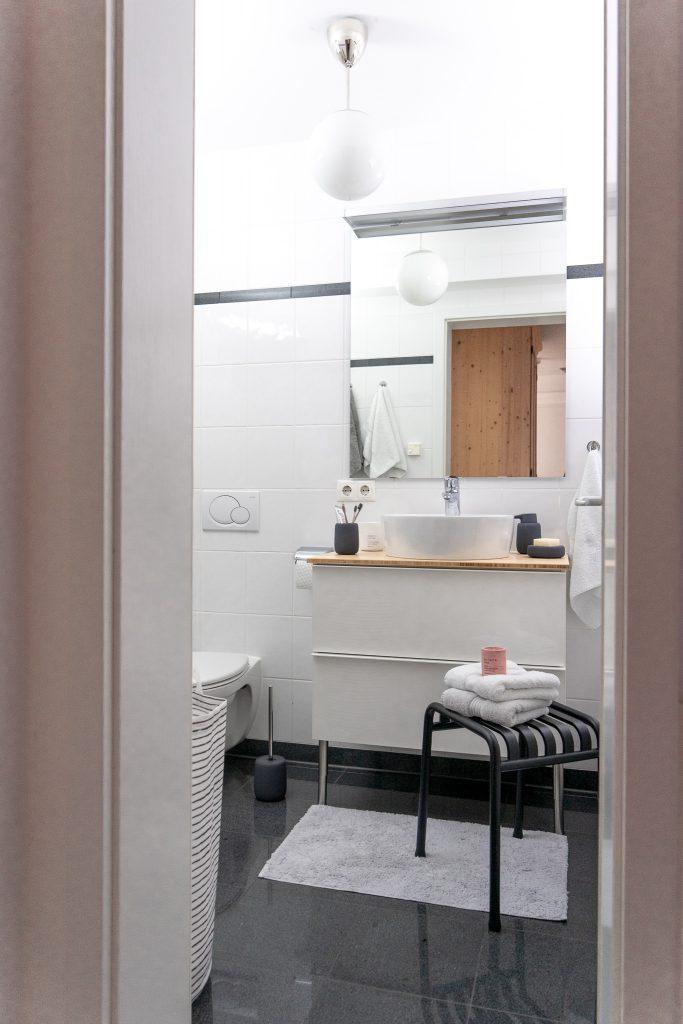 kleines Badezimmer neu gestalten Badunterschrank Godmorgon von Ikea Hocker von Hay Badaccessoires von Blomus