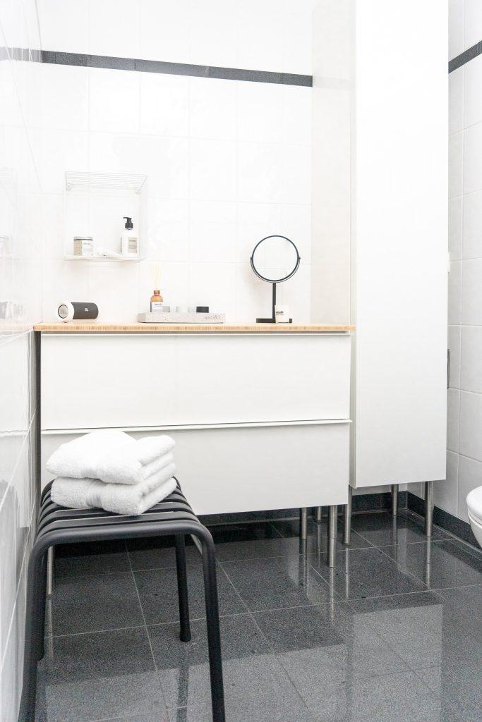 kleines Badezimmer neu gestalten Badunterschrank Godmorgon von Ikea und Hocker von Hay