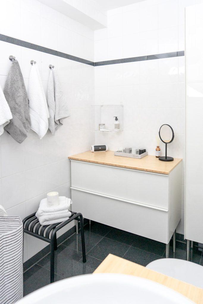 kleines Badezimmer neu gestalten Badschrank Godmorgon von Ikea Hocker von Hay Handtuecher von Made
