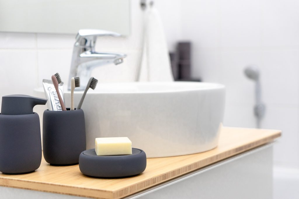 Badaccessoires von Blomus und rundes Waschbecken von Ikea