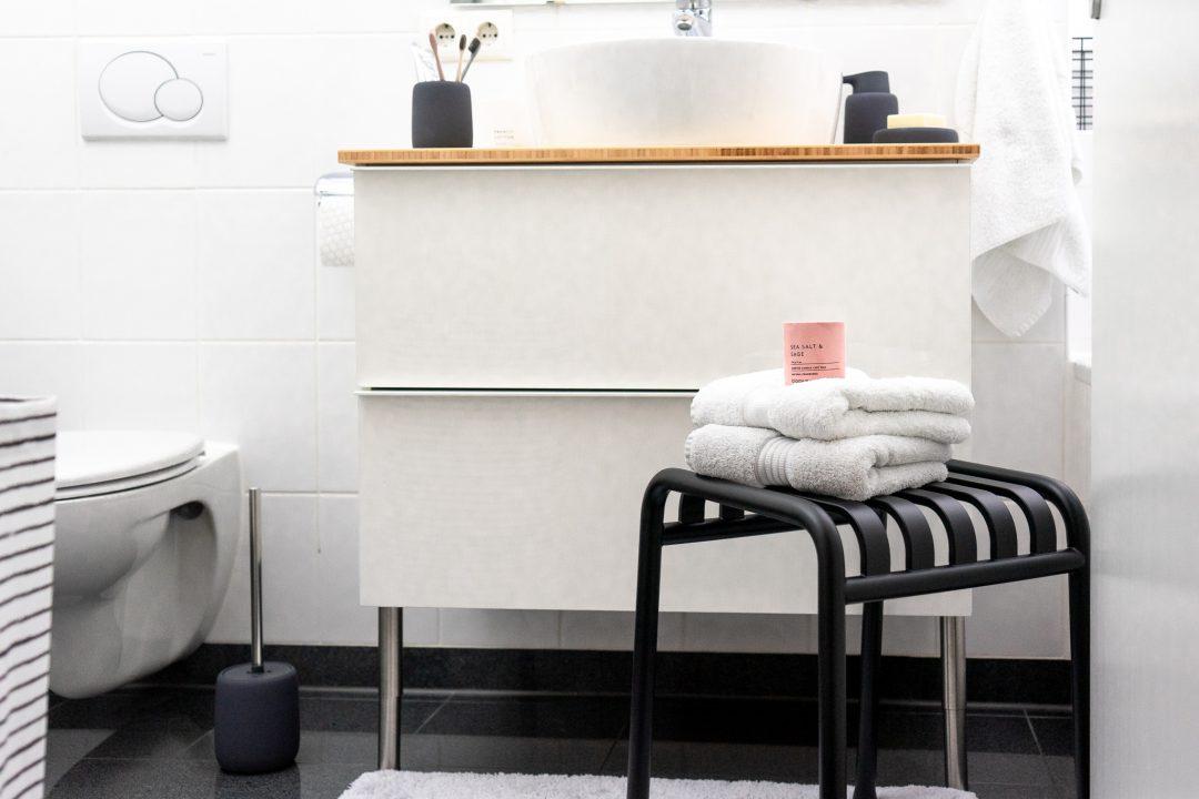 Badezimmerideen für eine Neugestaltung im skandinavischen Design. Auch in einer Mietwohnung lässt sich kostengünstig ein kleines Badezimmer neu gestalten #badezimmer #neugestalten