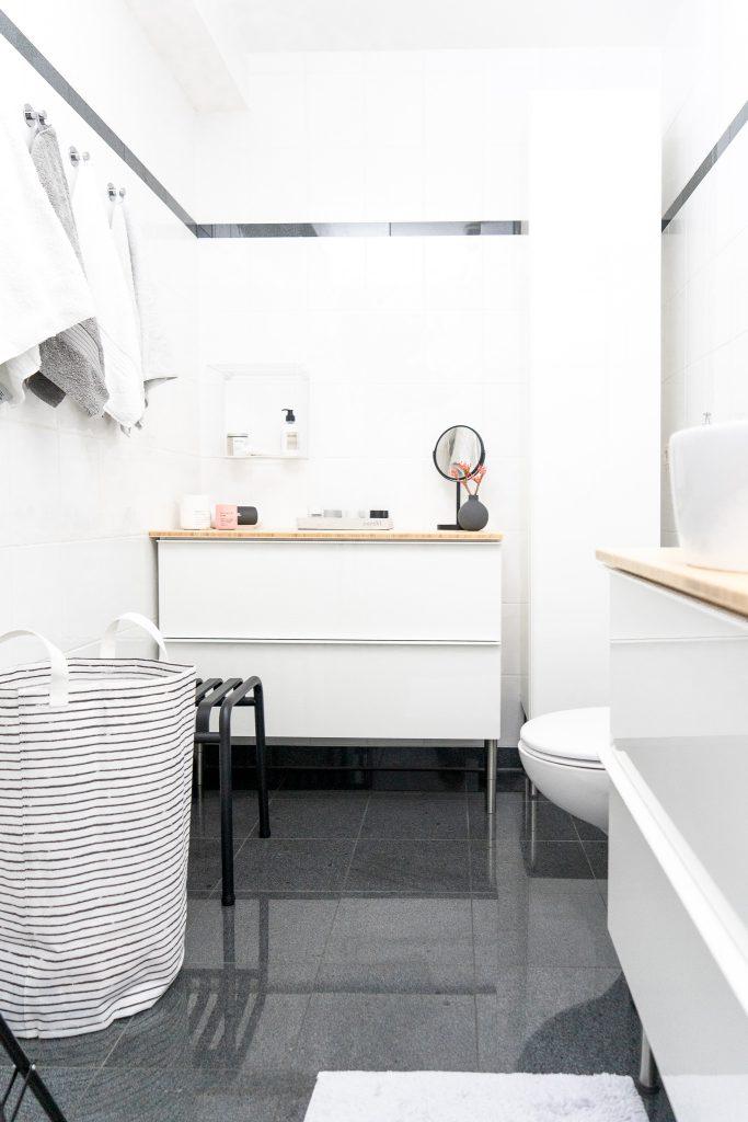kleines Badezimmer neu gestalten Badschraenke Godmorgon von Ikea Waeschesack von Ikea und Hocker von Hay