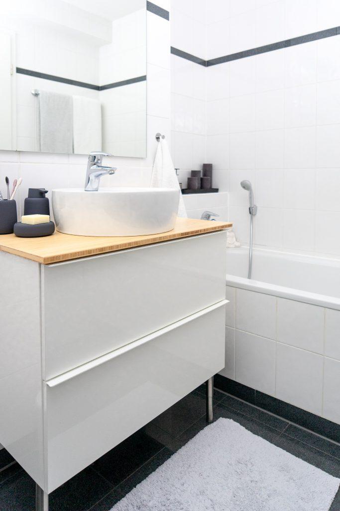 Badunterschrank Godmorgon von Ikea und Badewanne