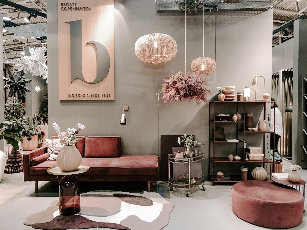TrendSet Sommer 2019 Interior Trends Herbst und Winter 2019, Messestand mit Chaisselong Wind in Bordeaux-Rot von Broste Copenhagen