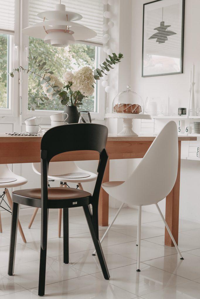 Thonet Stuhl 107 in Essecke mit Drop Chair und PH5 Leuchte über Esstisch