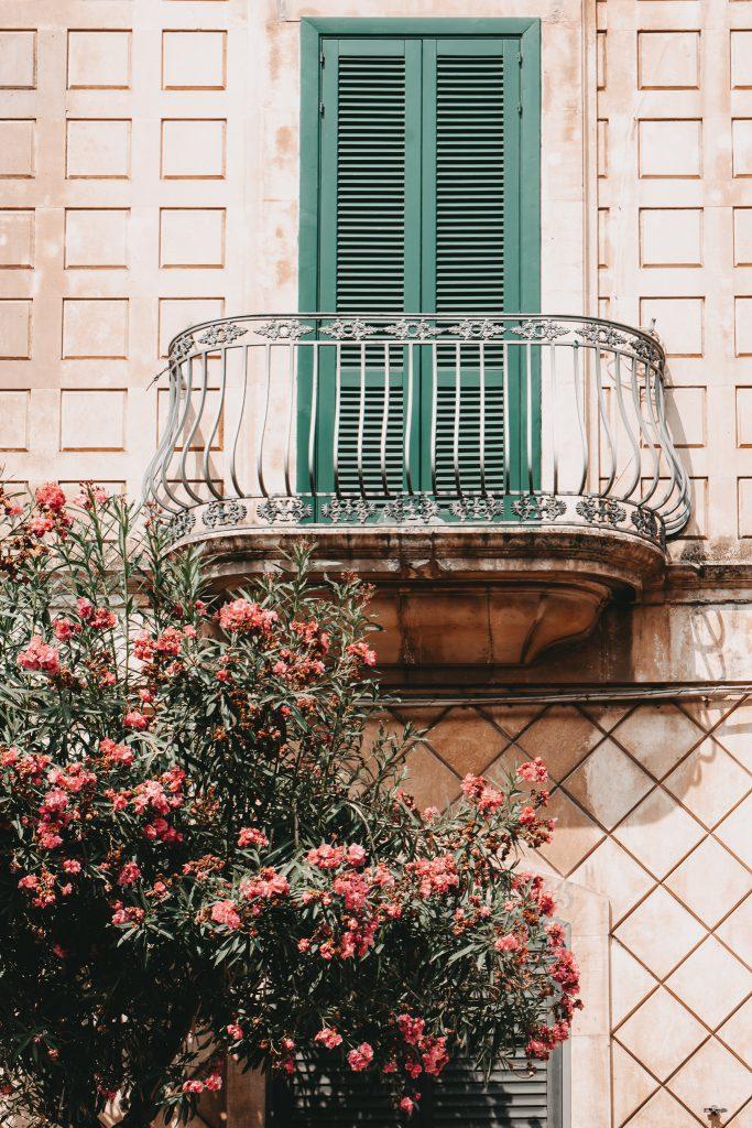 Ostuni-Apulien-Fassade-Balkon-Oleander