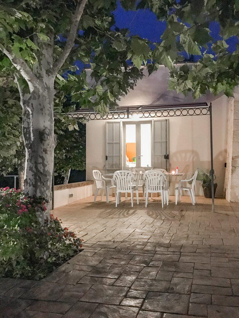 Ferienhaus-Apulien-Locorotondo-Terrasse-abends