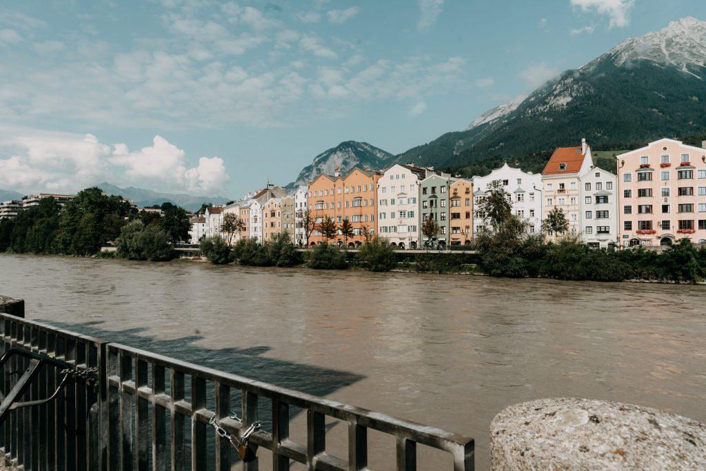 Innsbruck-farbige Haeuser-Inn