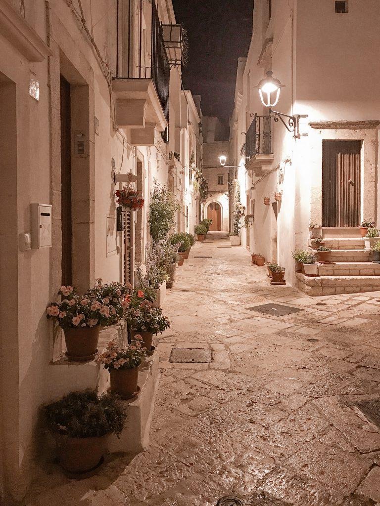Locorotondo-Apulien-Gasse-abends