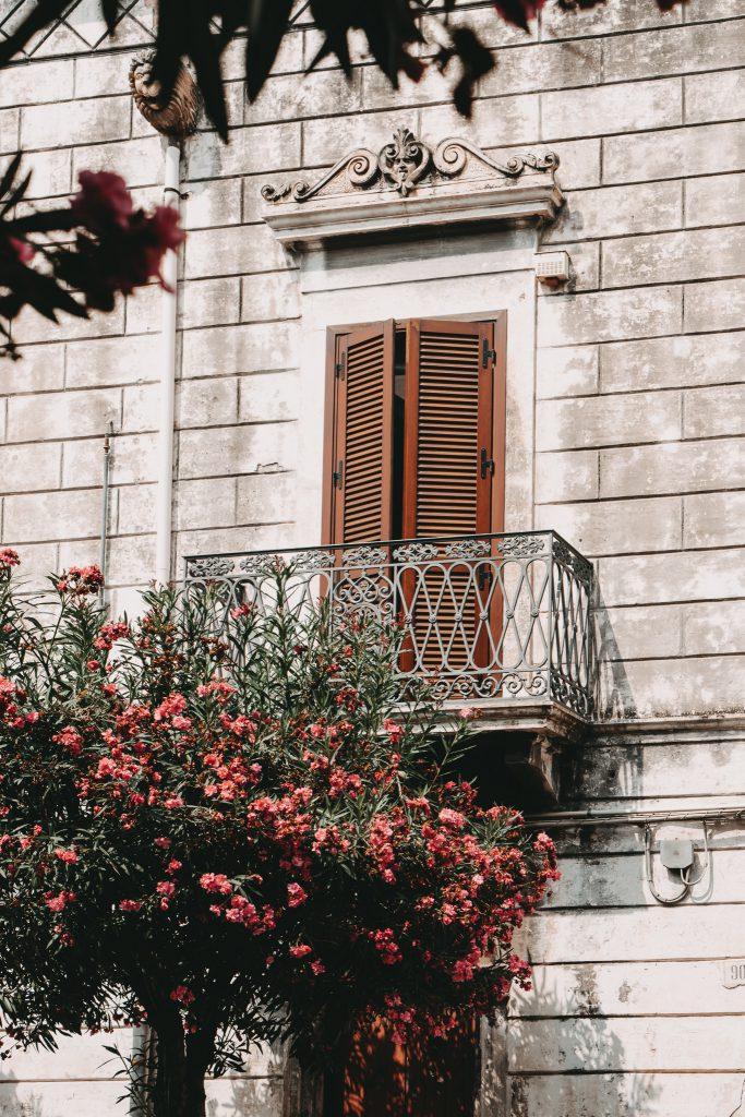 Ostuni-Apulien-Fassade mit Balkon
