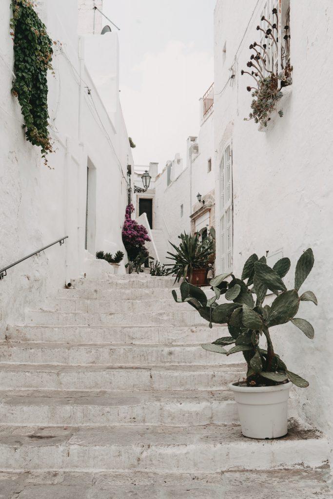 Ostuni-Apulien-weiße Haeuser mit Treppe