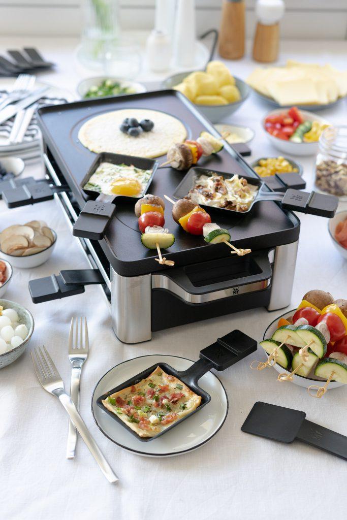Raclette-Rezepte-Crepes-Flammkuchen-Gemuesespiesschen-Spiegelei-Birne-mit Camembert-ueberbacken