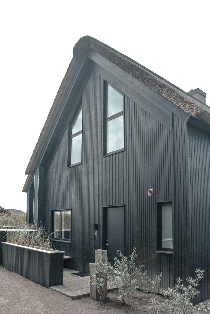 Strandvilla-Hvidbjerg-Strand-daenische-Nordsee-Hausfassade-Hausfront-modern-luxuriös-Scandistyle