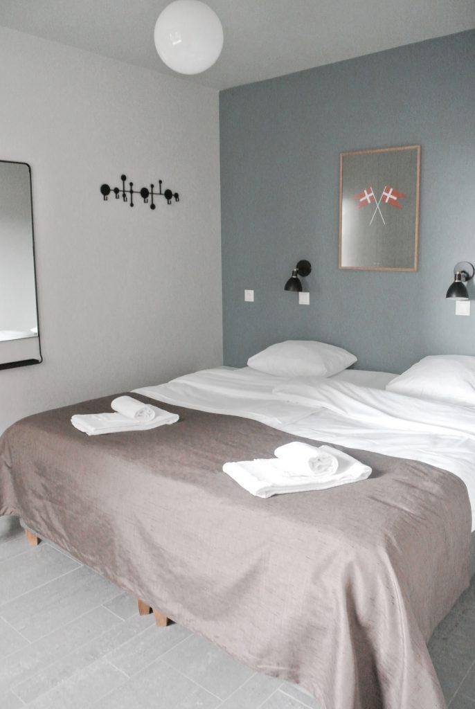Strandvilla-Hvidbjerg-Strand-daenische-Nordsee-Schlafzimmer-modernes-Ferienhaus-Daenemark