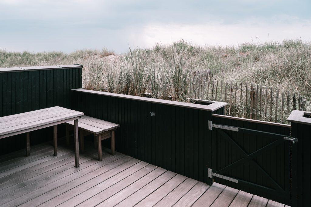 Strandvilla-Hvidbjerg-Strand-daenische-Nordsee-Terrasse-Duenen-modernes-Ferienhaus-Daenemark