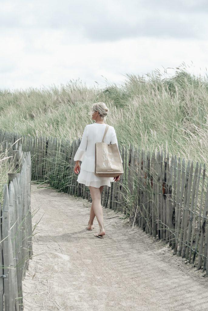 Strandvilla-Hvidbjerg-Strand-daenische-Nordsee-Weg-in-den-Duenen-modernes-Ferienhaus-Daenemark-livingelements-auf-dem-Weg-zum-Strand