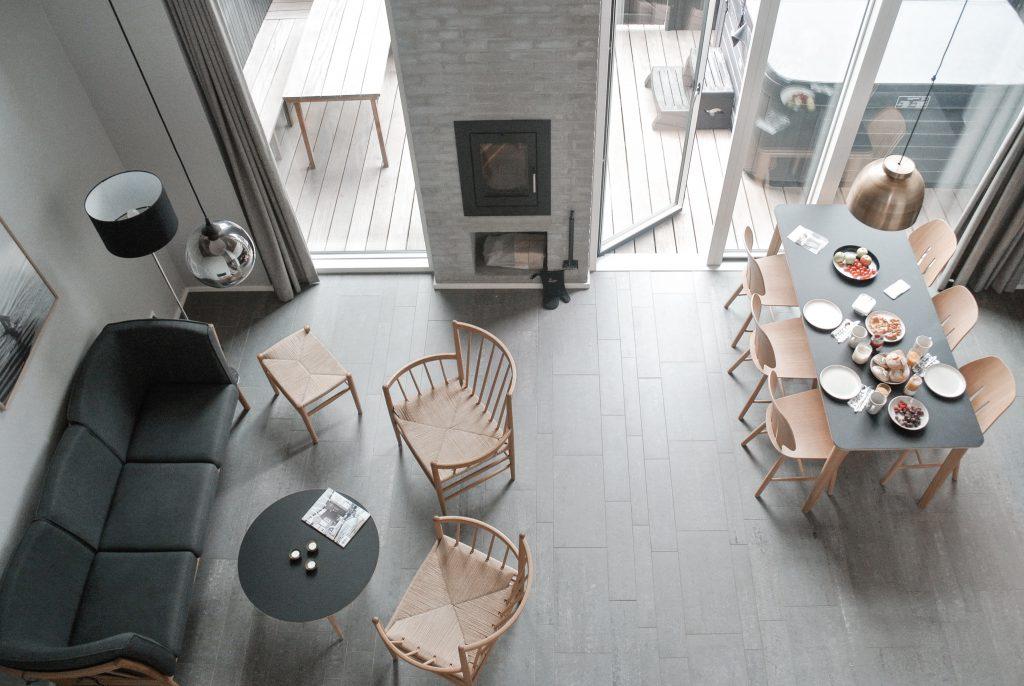 Strandvilla-Hvidbjerg-Strand-daenische-Nordsee-Wohnbereich-Esstisch-Kamin-modernes-Ferienhaus-Daenemark
