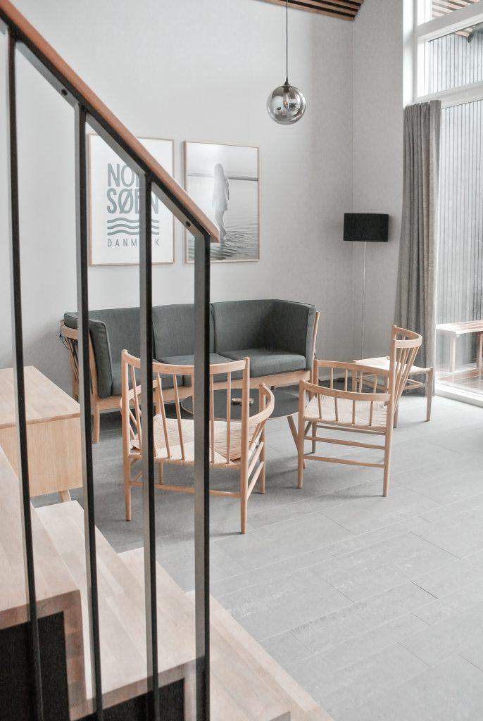 Strandvilla-Hvidbjerg-Strand-daenische-Nordsee-Wohnzimmer-modernes-Ferienhaus-Daenemark-Urlaub