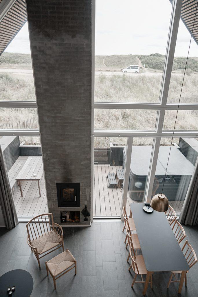 Strandvilla-Hvidbjerg-Strand-daenische-Nordsee-modernes-Ferienhaus-Daenemark-Blick-von-Schlafboden-Kamin-Esstisch-Duenen