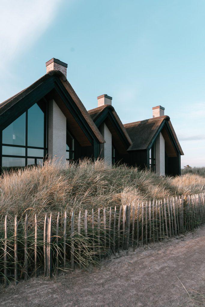 Strandvilla-Hvidbjerg-Strand-daenische-Nordsee-schwarze-Fassaden-modernes-Ferienhaus-Daenemark