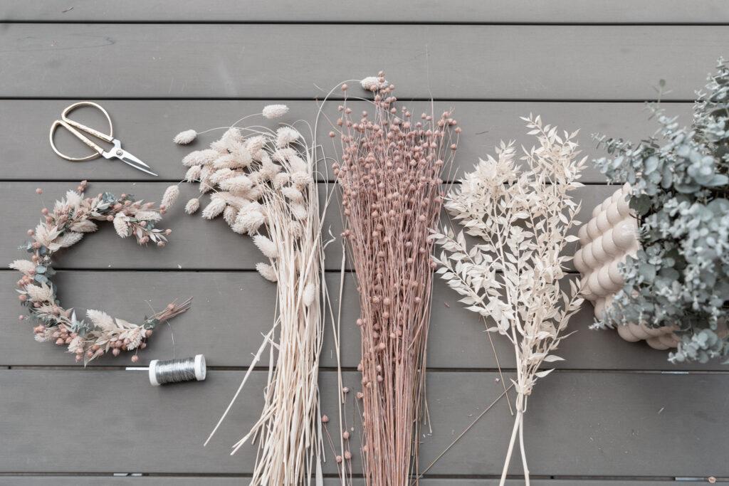 Deko-Trockenblumen-selber-machen-DIY-Trockenblumenkranz-Dekoideen-Tischdeko-Naturdeko-Dr.Oetker-Choco-Lava-Salted-Caramel-Lava-living-elements