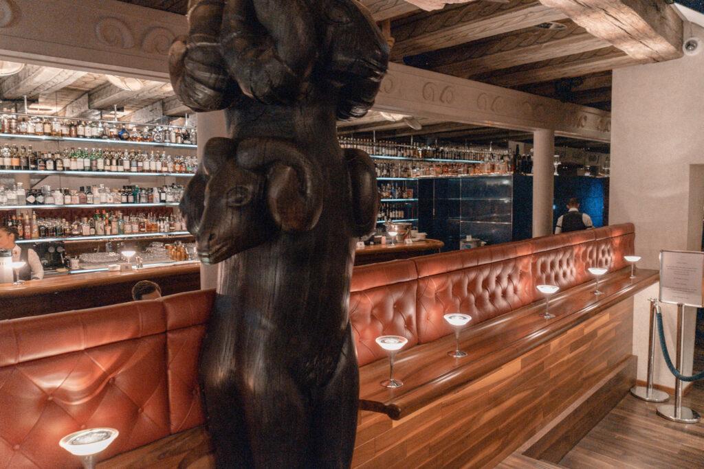 widder-hotel-zuerich-altstadt-widder-bar-widder-statue