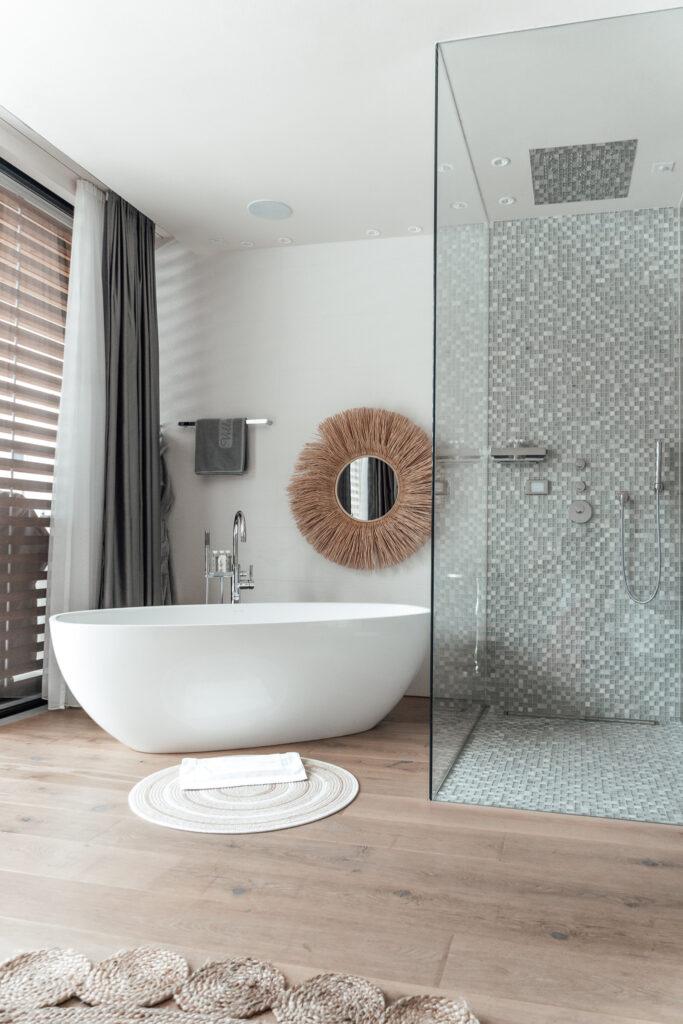 Eden-Reserve-Luxury-Resort-Gardasee-Landmark-II_Penthouse-Villa-Apartment-Master-Bedroom-Badewanne-Dusche